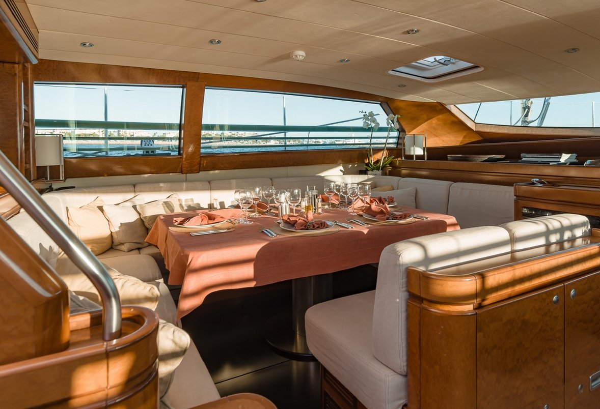 Charter grand bleu vintage in the mediterranean luxury for Yacht de luxe interieur
