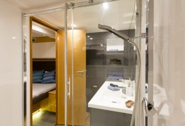 Charter Catamaran NENNE Guest Bathroom