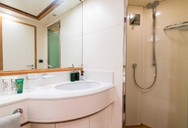 Charter Yacht RIVIERA Guest Bathroom