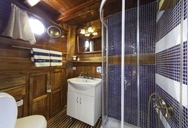 Luxury Charter Gulet LIBRA Guest Ensuite Bathroom