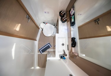 SEA ENERGY V Guest Bathroom