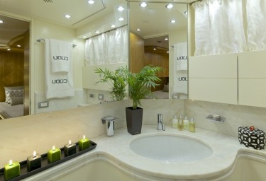Luxury Motor Yacht CUDU Twin Ensuite Bathroom