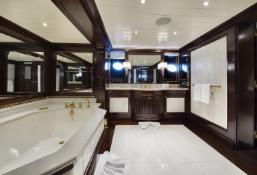 GRAND OCEAN Guest Bathroom