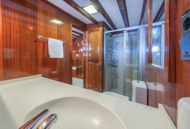 Gulet STELLA MARIS Ensuite Bathroom